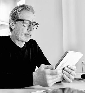 Luk reading Medium on the tablet